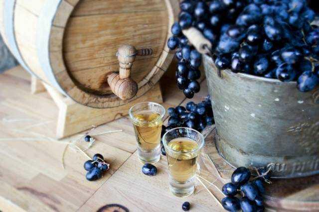 Белое и красное вино из винограда изабелла