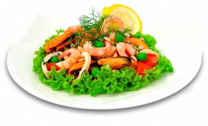Салат с кальмарами креветками и красной икрой – настоящая морская экзотика: рецепты с фото и видео