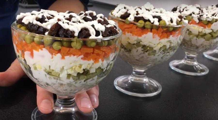 Праздничный салат «прага»: ингредиенты и пошаговый рецепт с курицей, черносливом, грецким орехом и сыром слоями по порядку. как вкусно приготовить салат «прага» с ветчиной и грибами шампиньонами, копч
