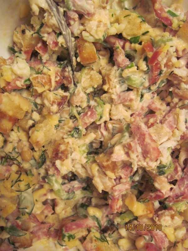 Салат с сухариками, фасолью и колбасой: рецепты