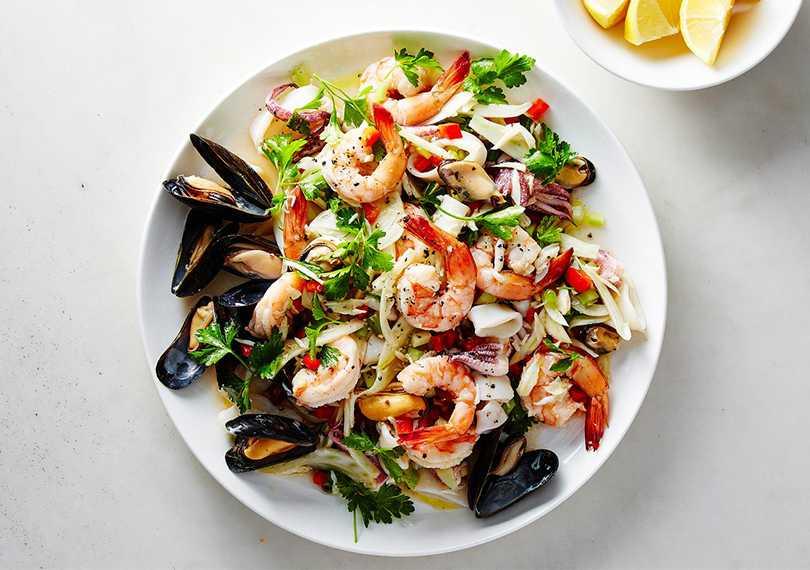 Салат морской с креветками: рецепты с фото пошагово