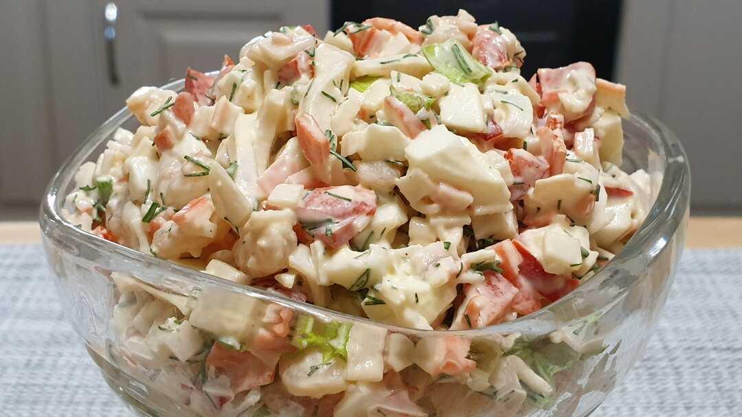 Морской салат с кальмарами и креветками, и крабовыми палочками (икрой)