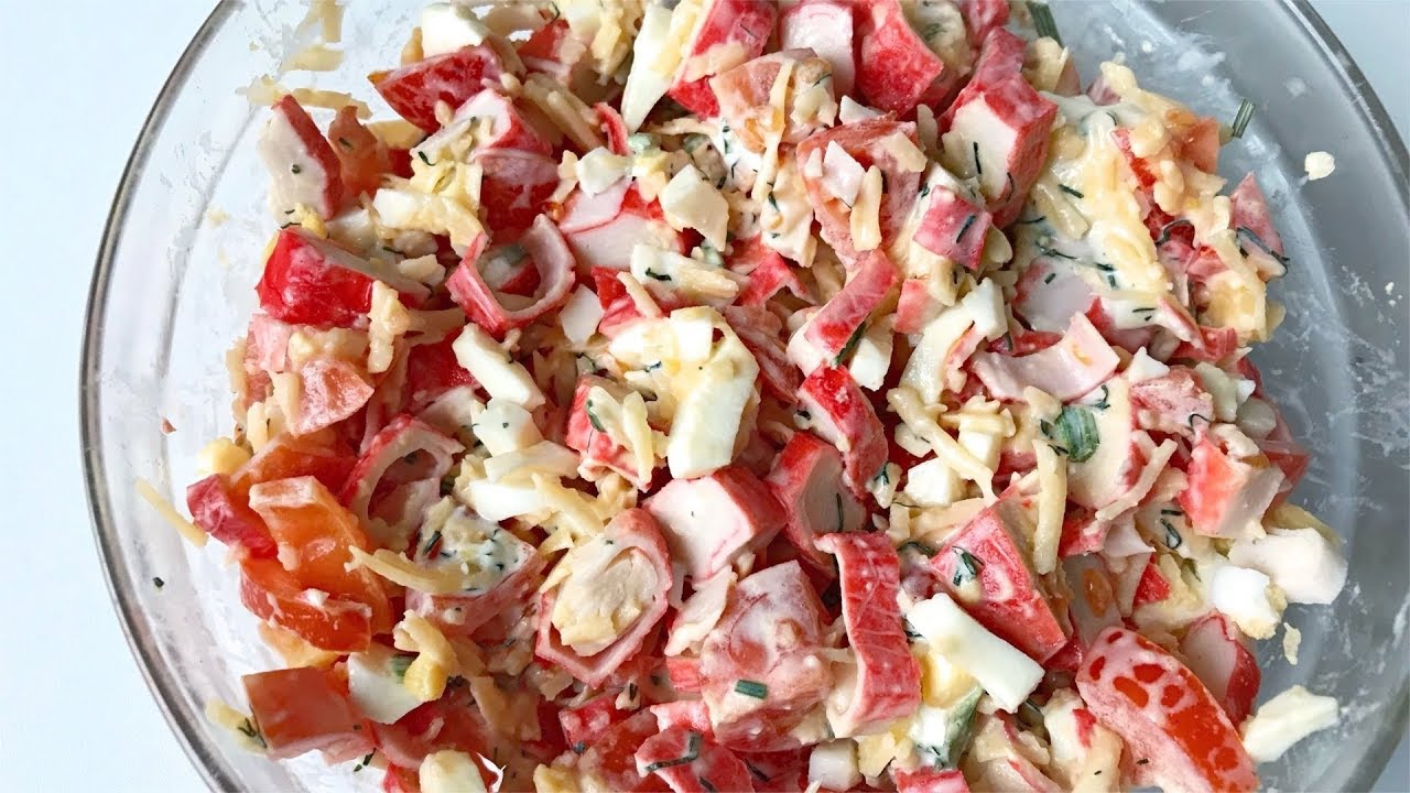 Салат с кириешками и копченой колбасой