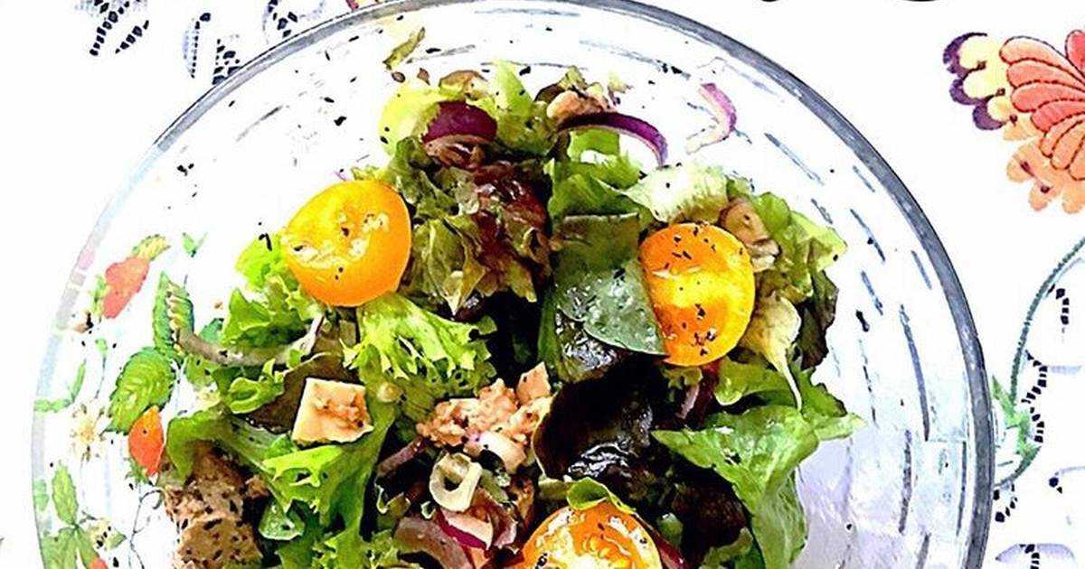 Салат с печенью трески с огурцами и кукурузой