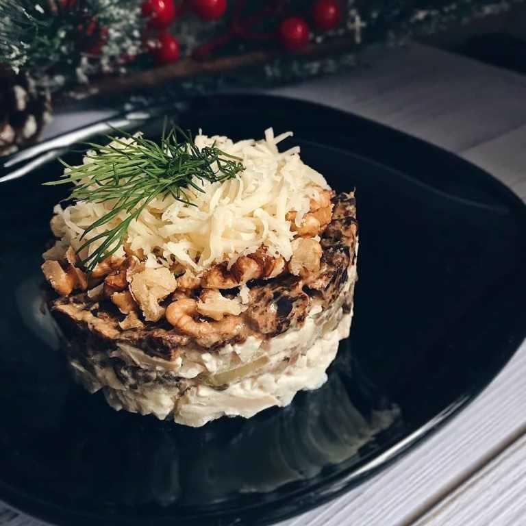 Салат с курицей и черносливом, вариант слоеного блюда
