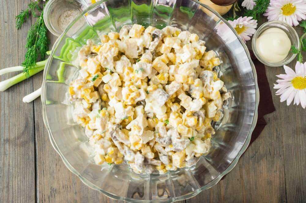 Салат с грибами, ананасом и куриной грудкой слоями — wowcook.net