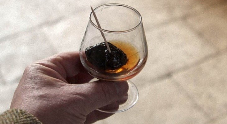 Домашний коньяк из самогона с черносливом - 2 отличных рецепта!
