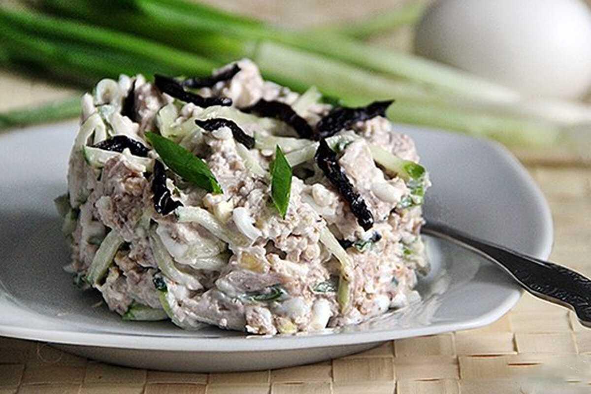 Салат с курицей черносливом и сыром