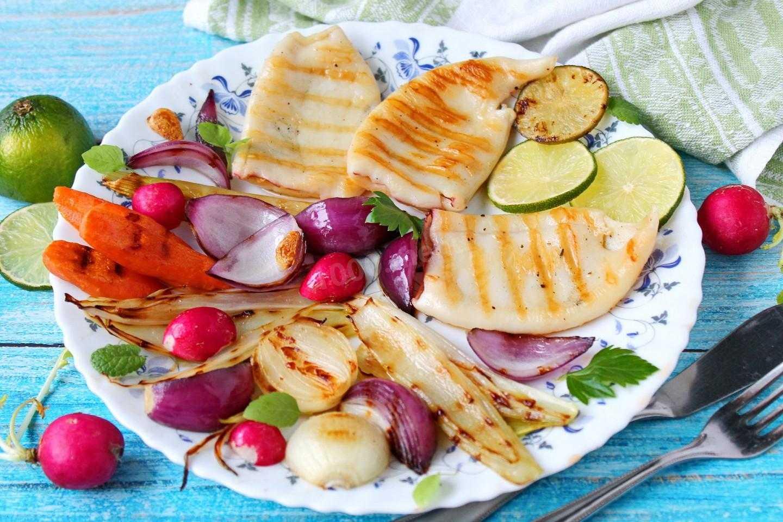 Салат с кальмарами, грибами и орехами «киевский»