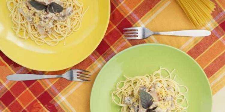 Спагетти карбонара с луком, беконом, сыром и сливками