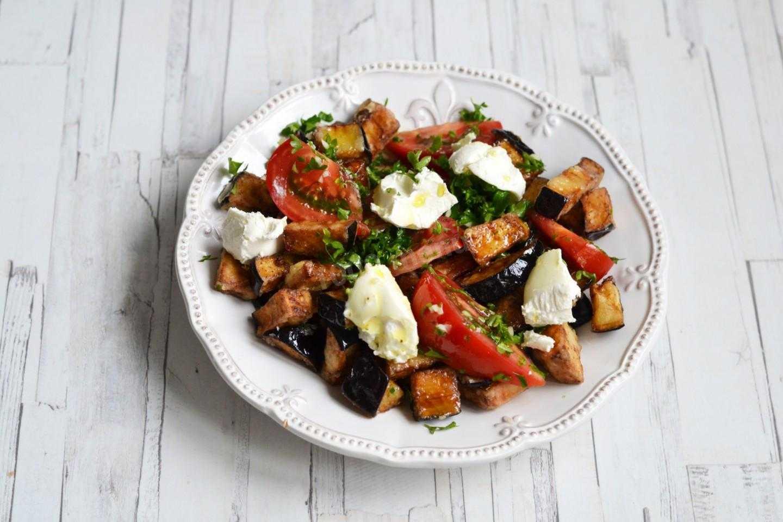 Салат с черным хлебом и помидорами