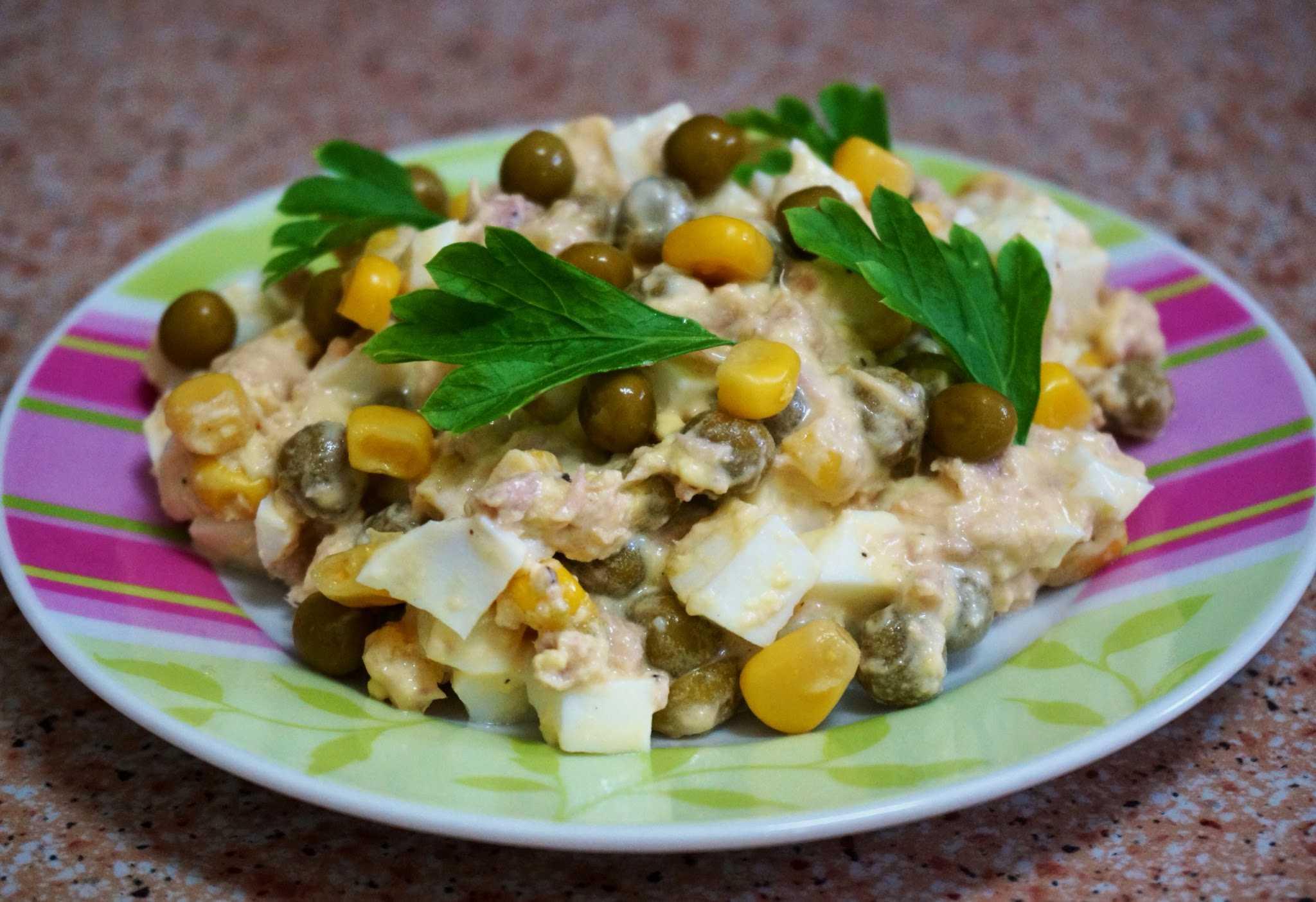 Рыбный салат с кукурузой, огурцом и тунцом