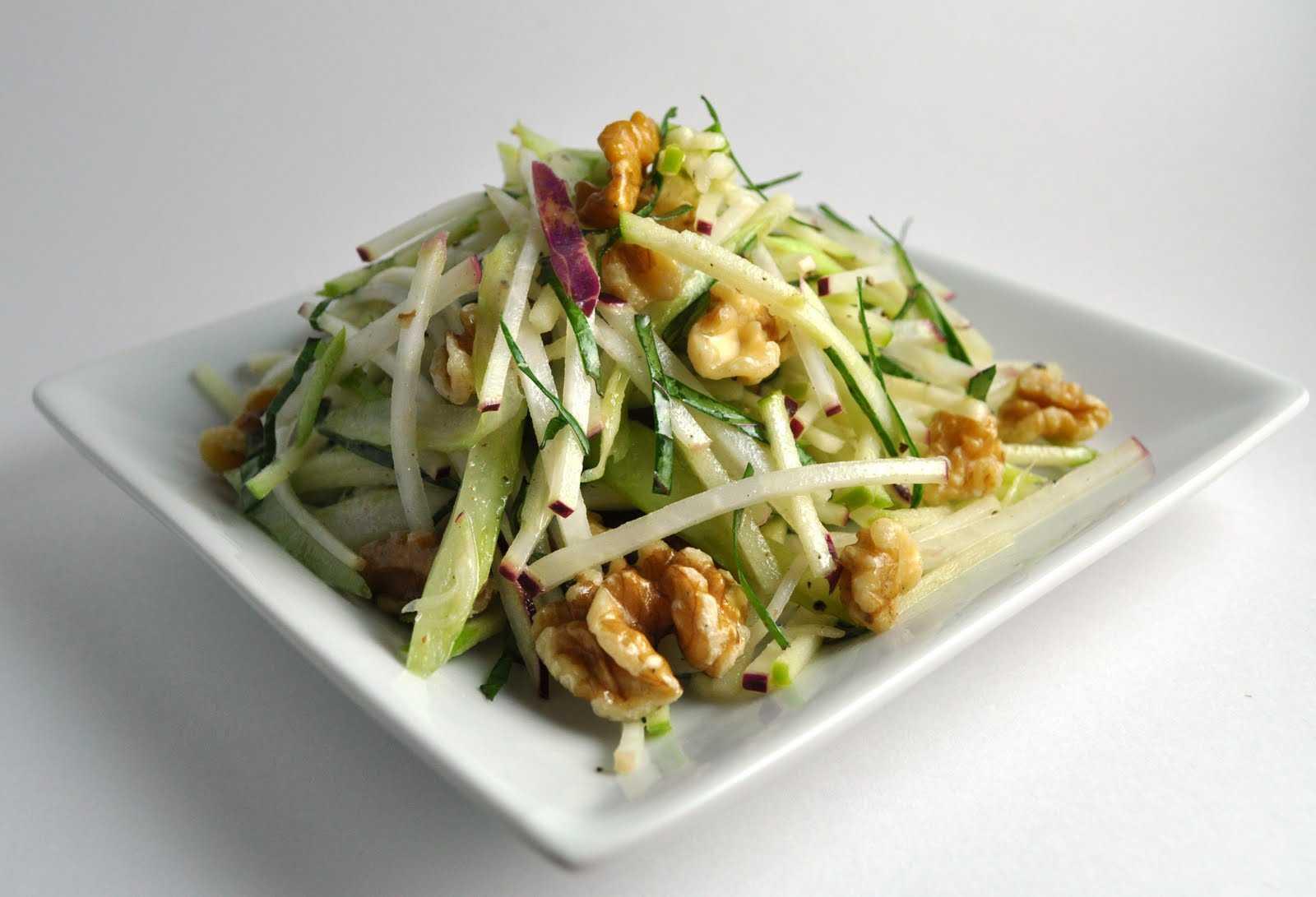 Салат из сырых овощей с орехами