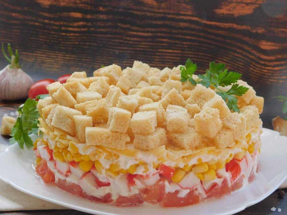 Салат с кириешками и фасолью – любителям пикантных блюд: рецепт с фото и видео