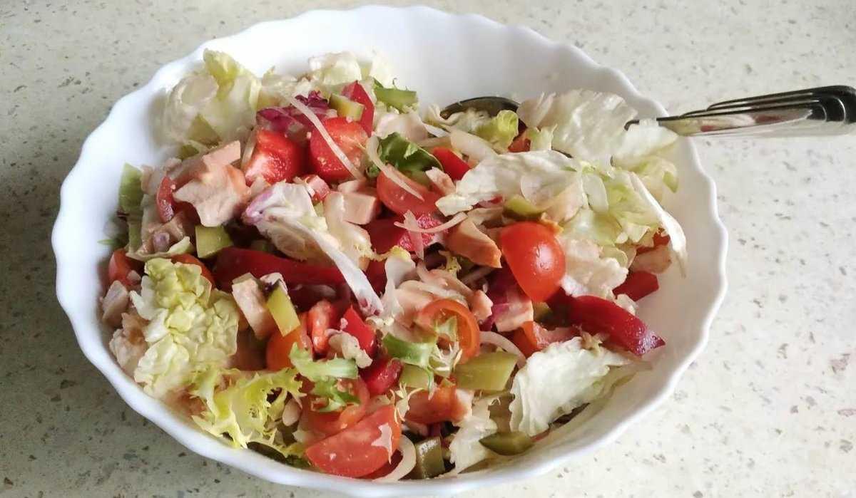 20 салатов с копченой курицей, которые выручат в любой ситуации