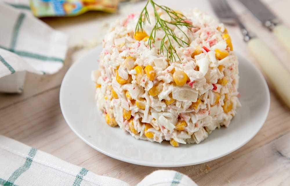 Салат крабовые палочки с рисом и кукурузой рецепт с фото пошагово и видео - 1000.menu