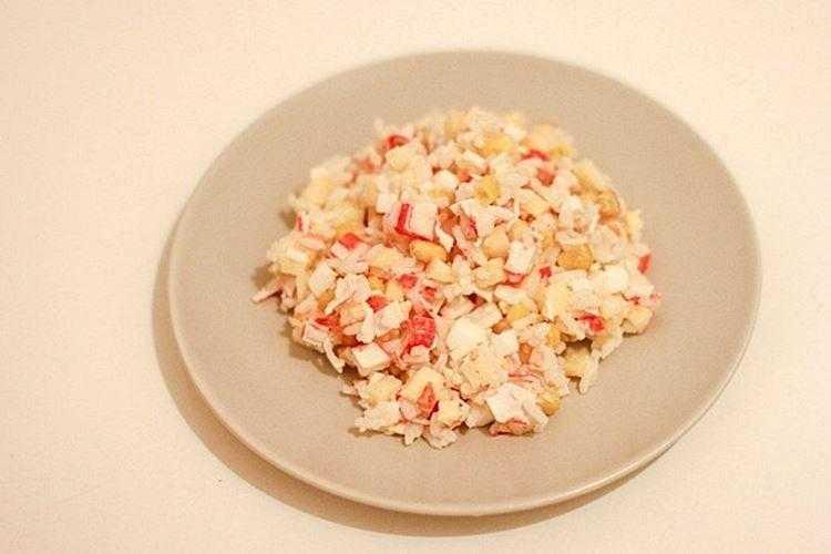 Крабовый салат с рисом и кукурузой: классические рецепты