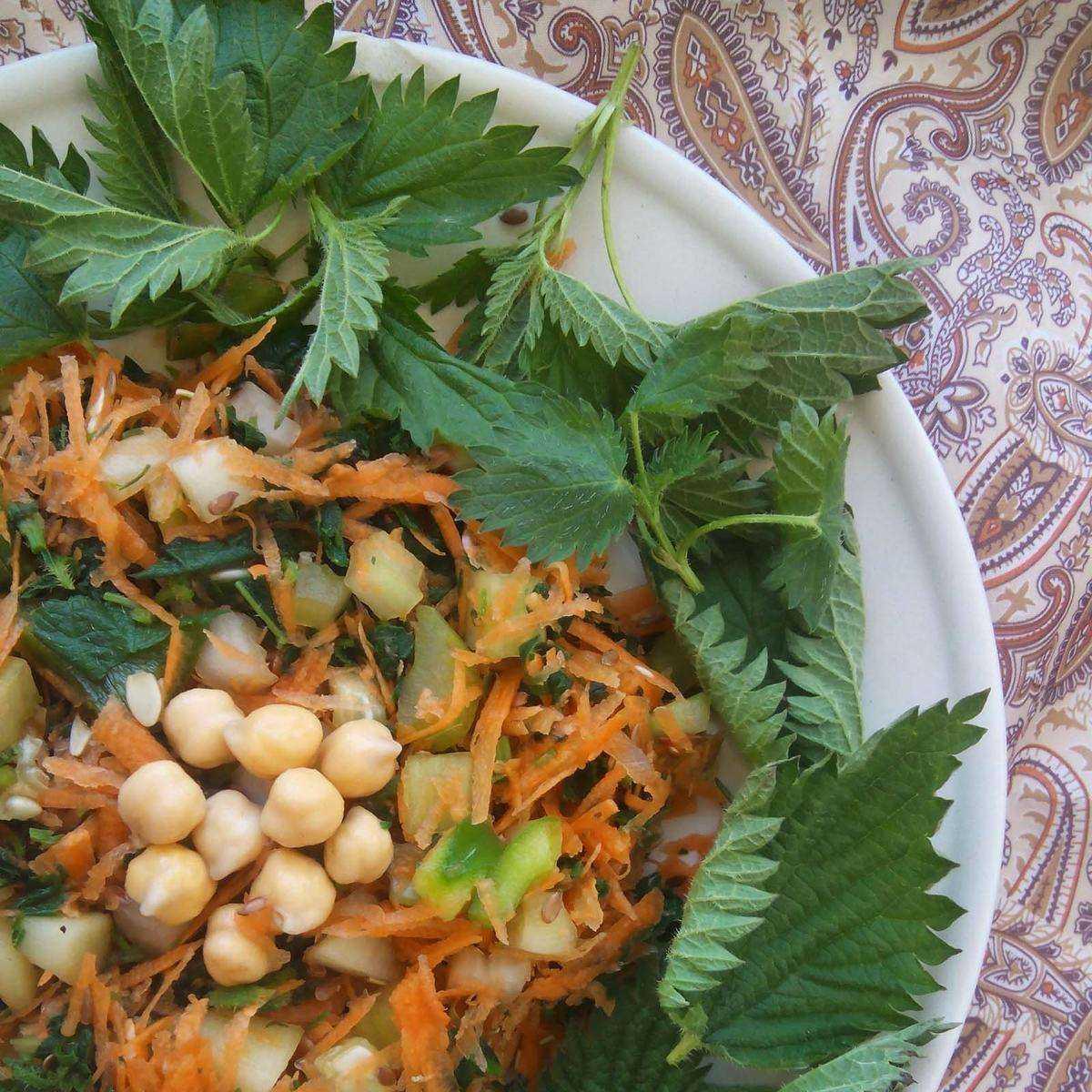 Салат из крапивы с яйцами на скорую руку