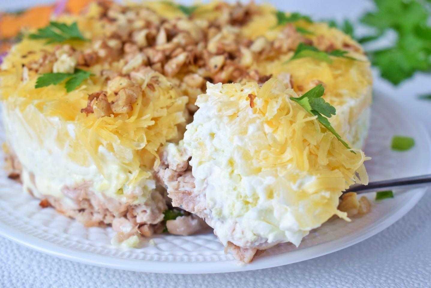 Салат из курицы с ананасами классический