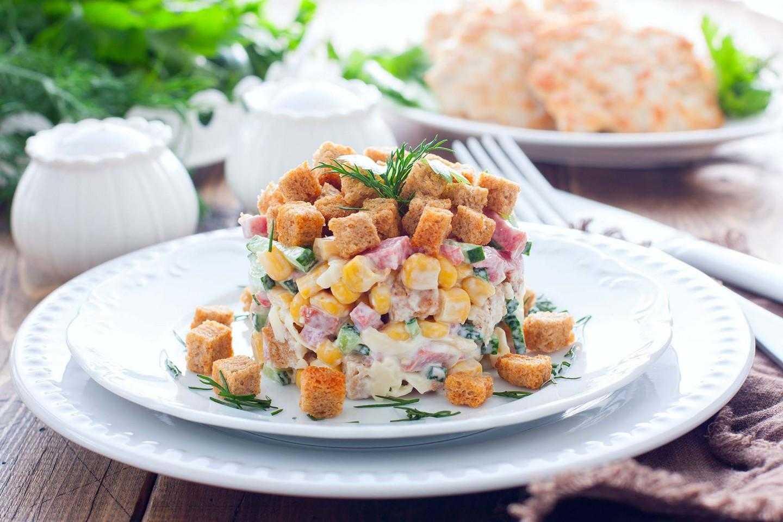 Салат с фасолью, сухариками и колбасой - рецепты с помидорами, корейской морковью, огурцами и сыром