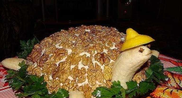 Салат черепашка с курицей, грибами, орехами и сыром