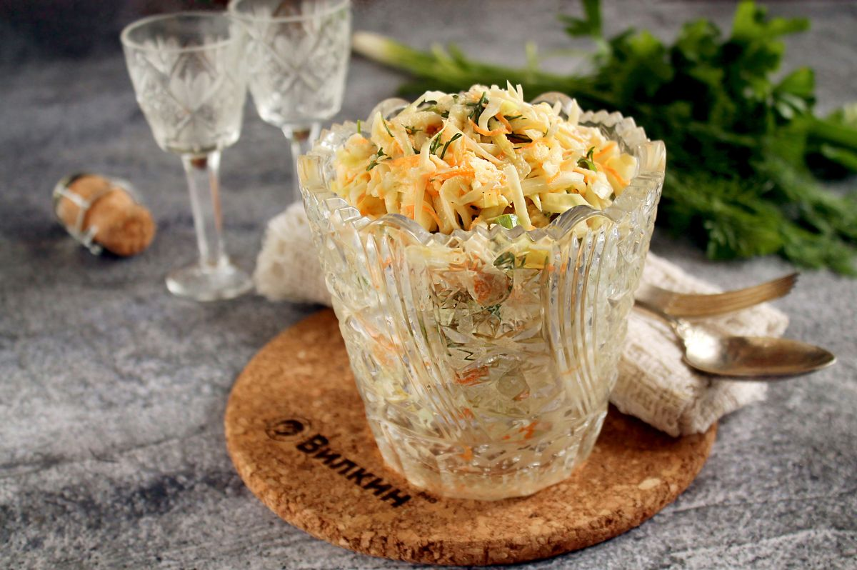 Салат из капусты с яблоком и морковью