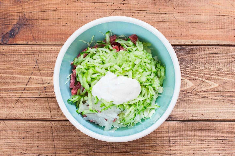 Салат с копченой колбасой и свежим огурцом - пикантная свежесть: рецепт с фото и видео