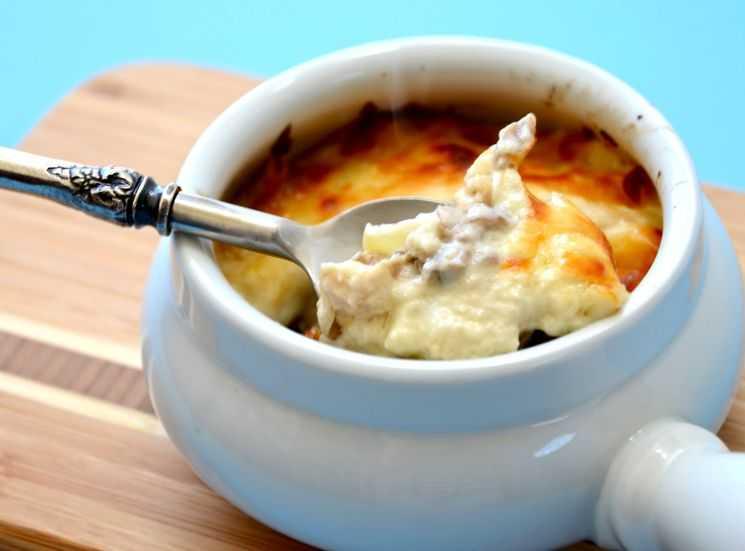 Рецепты с фото жульена из опят: приготовление закуски на сковороде, в духовке, мультиварке. Салаты с добавлением курицы, ветчины, кальмаров, овощей, сметаны с чесноком.