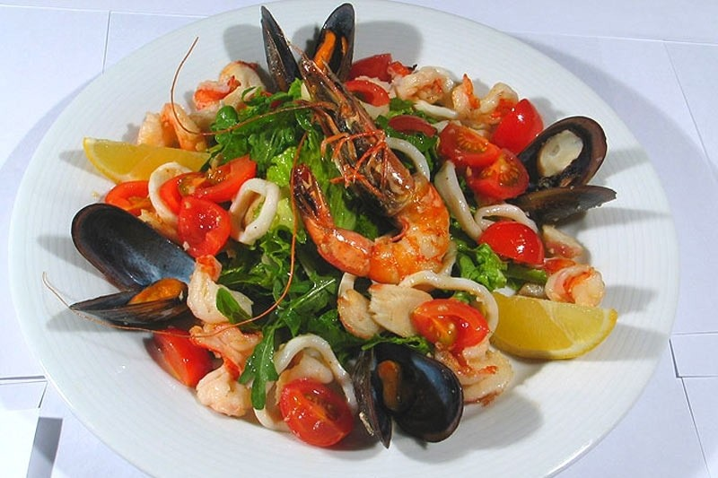Теплый салат с морепродуктами, рецепт с фото — wowcook.net