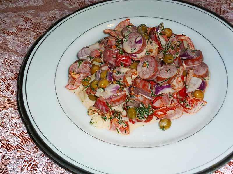 Салат с копченой колбасой - 62 домашних вкусных рецепта приготовления
