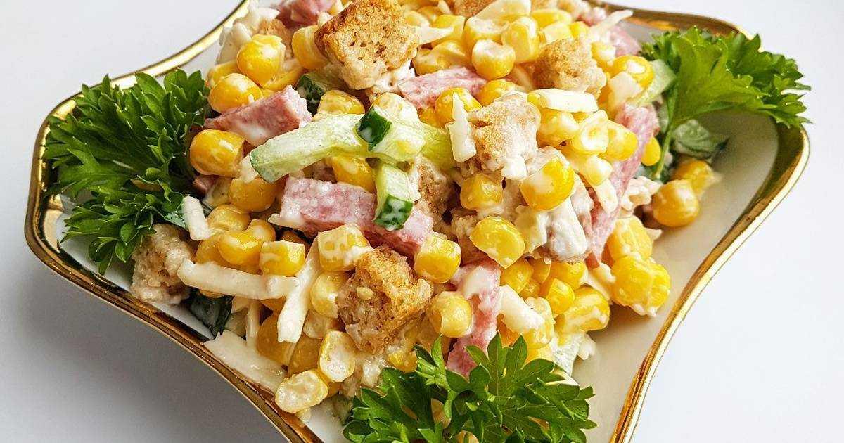 Салат с фасолью, кириешками и колбасой