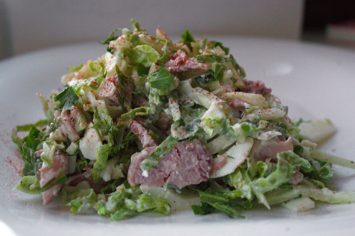 Салат с ветчиной, куриным филе, огурцами, помидорами и сыром рецепт с фото пошагово - 1000.menu