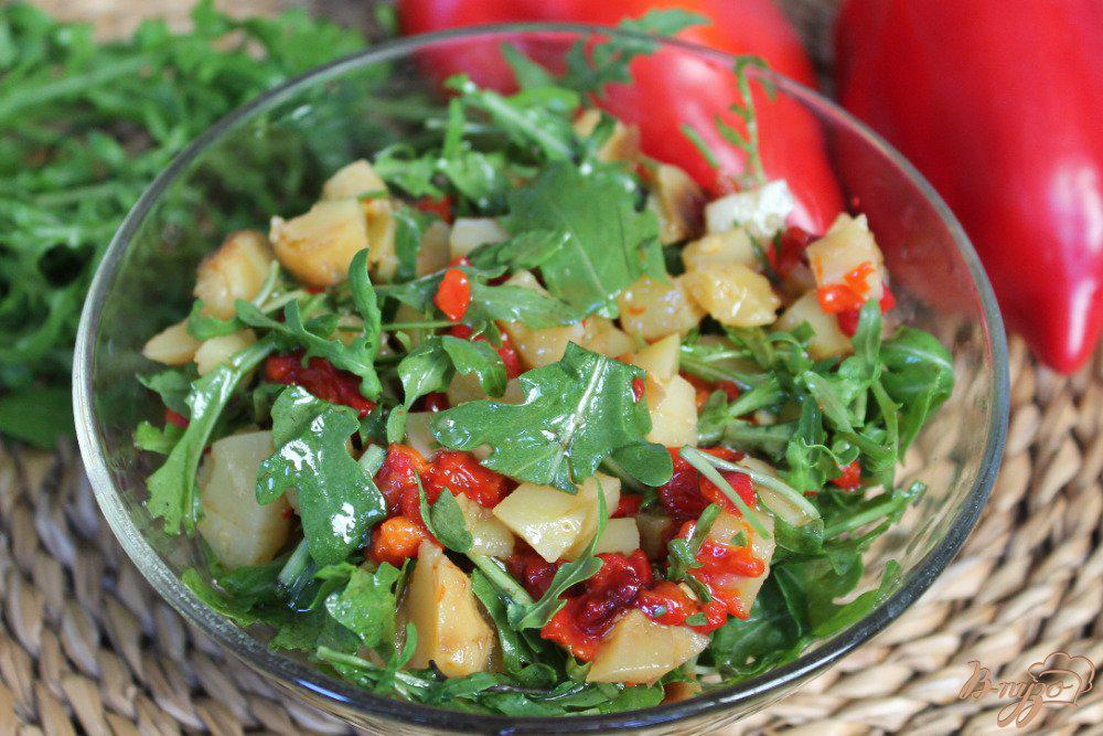 Салат с брынзой и вялеными помидорами под шпинатным соусом