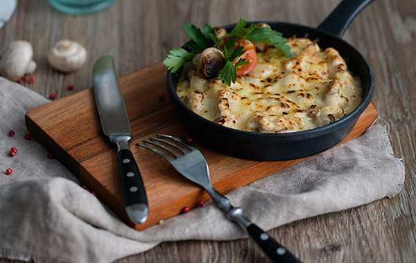 Как приготовить жульен с шампиньонами на сковороде: классический рецепт и быстрый способ, с добавлением курицы, чеснока, зелени, сметаны, мускатного ореха.