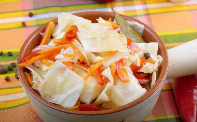 Салат с маринованной капустой - 10 рецептов быстрого приготовления