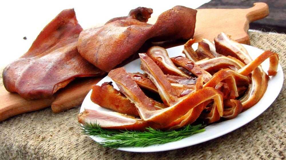 Копчение свиных ушей в домашних условиях: пищевая ценность, нюансы и способы приготовления, длительность процесса. Как правильно подготовить ингредиенты, что можно сделать из готового блюда.