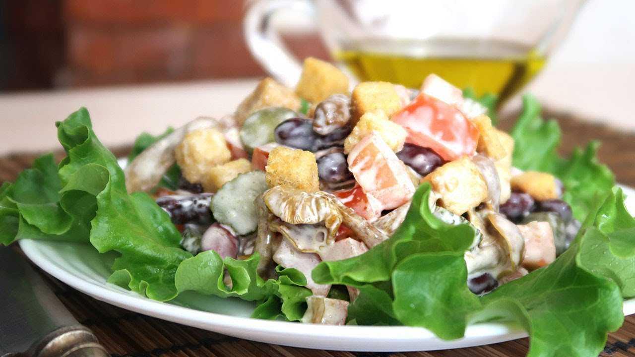 Салат с фасолью, колбасой и кириешками на скорую руку
