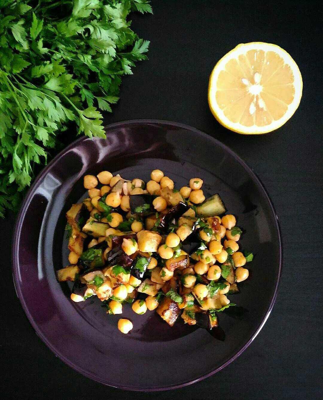 Салат с нутом и баклажаном