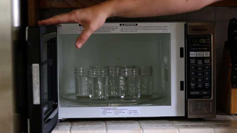 Банки в микроволновке, сколько стерилизовать, с водой и без