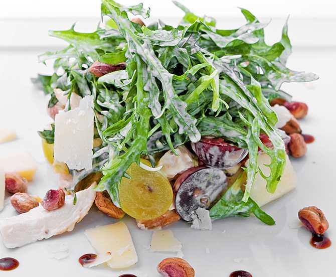 Как приготовить салат петух с копченой курицей, помидорами и сыром: поиск по ингредиентам, советы, отзывы, подсчет калорий, изменение порций, похожие рецепты