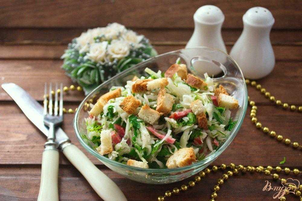 Салат с сухариками и копчёной колбасой - блюдо на скорую руку: рецепт с фото и видео