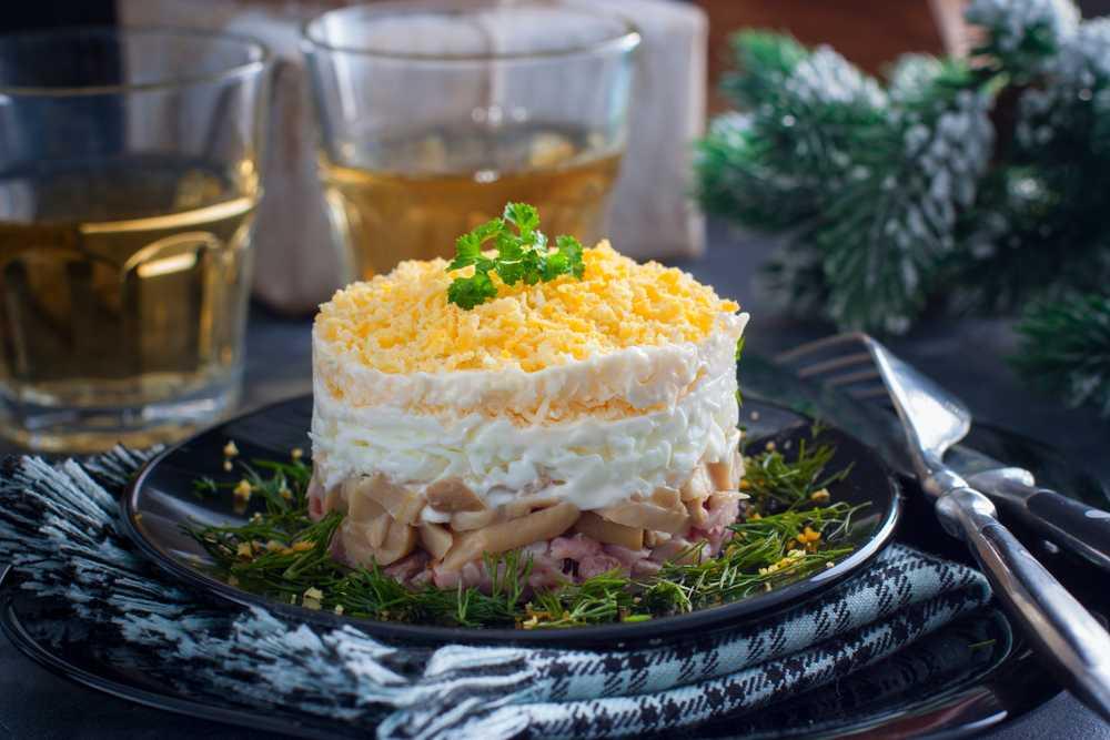 Салаты с грибами и курицей: 10 рецептов к празднику и на каждый день