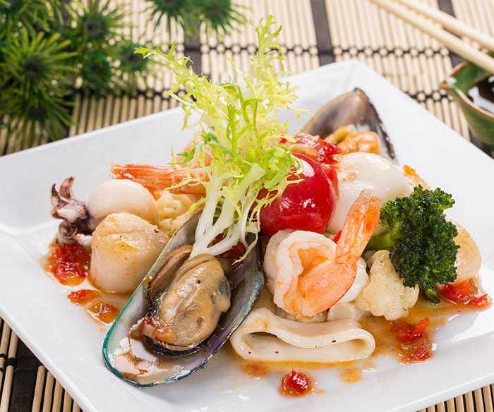 Теплый салат с креветками и морепродуктами