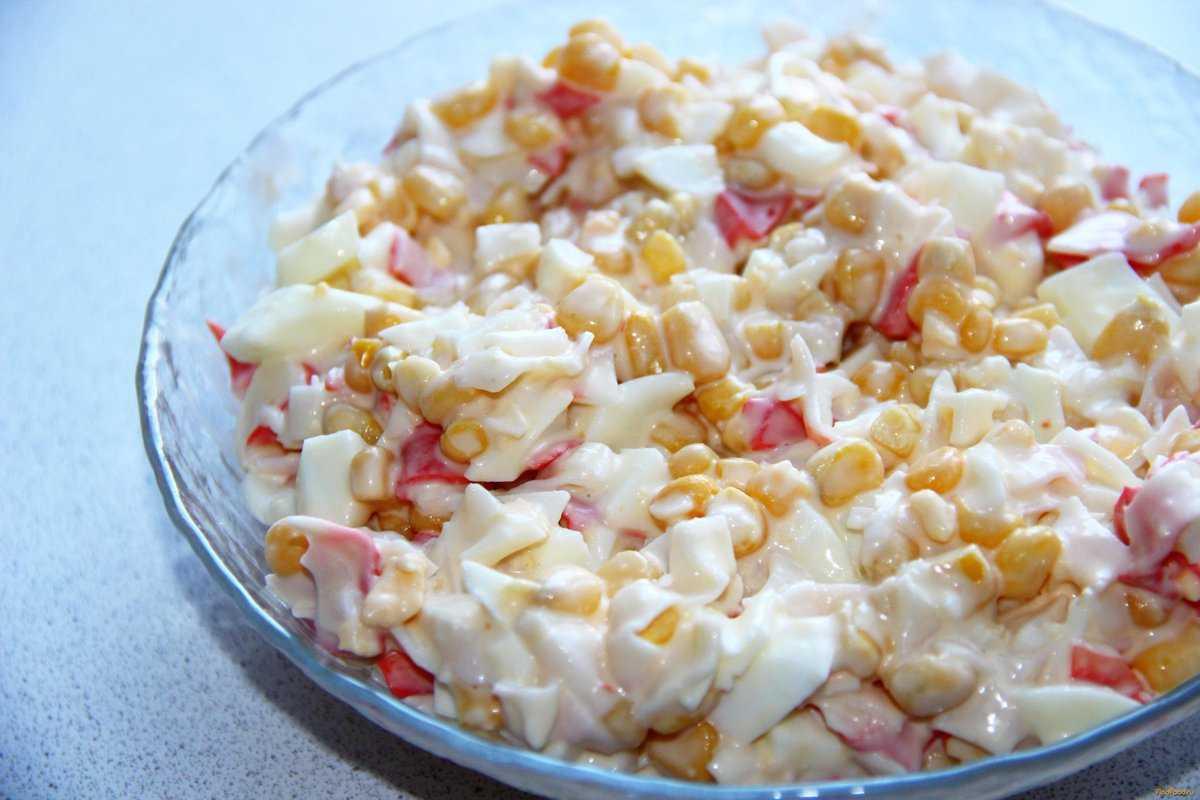Крабовый салат с кукурузой классический без риса