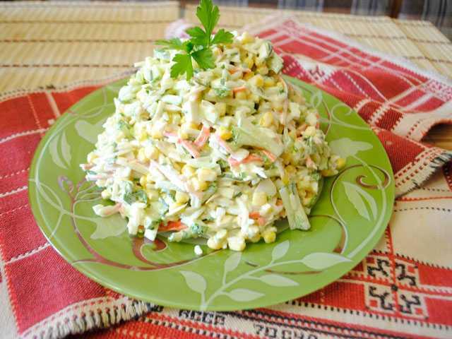 Салат с крабовыми палочками и рисом: 15 вкусных рецептов
