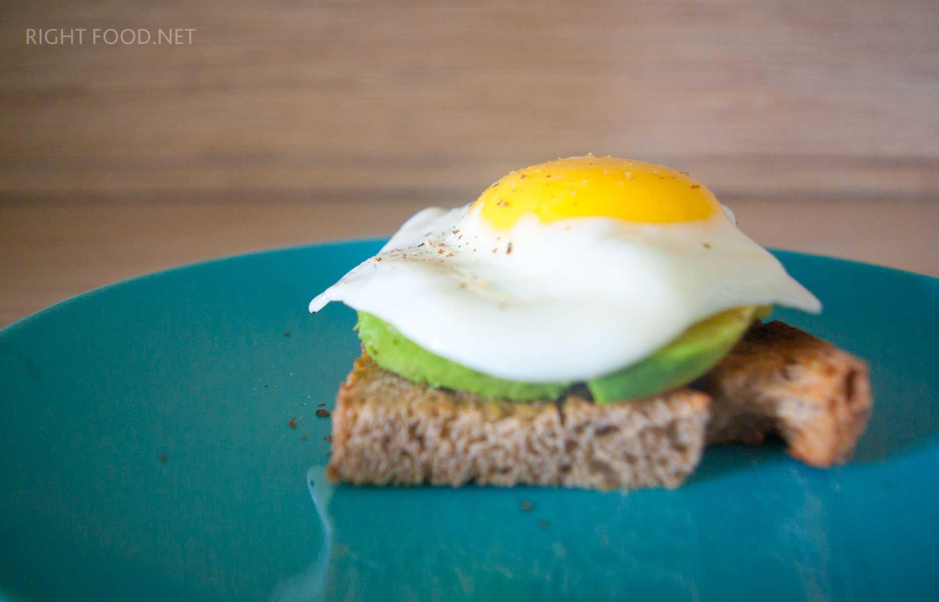 Бутерброды с авокадо и яйцом - 7 пошаговых фото в рецепте