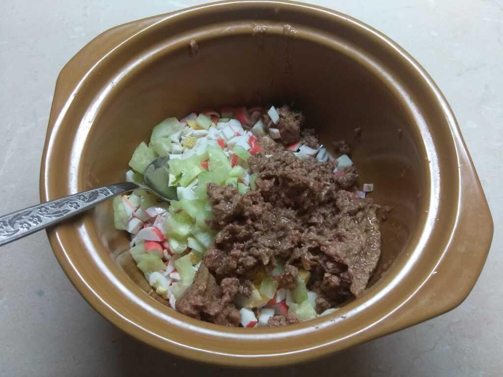 Салат из тунца консервированного.яблок и кукурузы