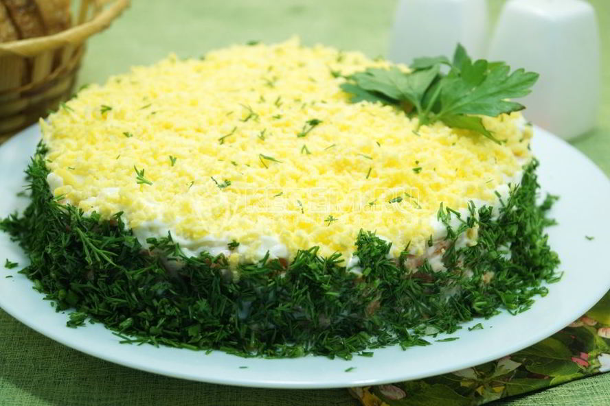 Салат «мимоза» с красной рыбой - лососем, форелью, семгой
