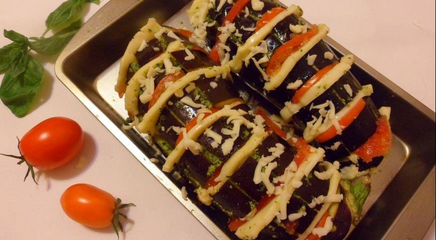 Салат с моцареллой, помидорами и беконом