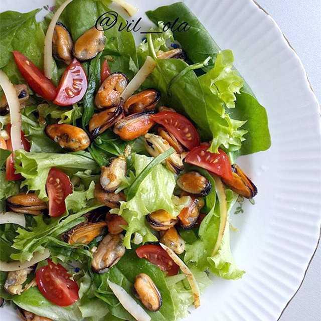 Салат с мидиями и мандаринами рецепт с фото пошагово - 1000.menu